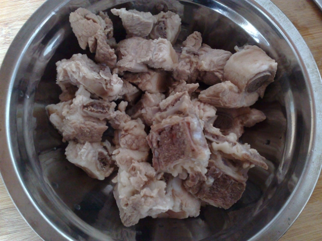 梅妍妍/4、锅里放少许油,油热后,放入姜和草菇炒一下后,加入水和排骨...